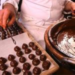 travail d'un artisan chocolatier bayonnais